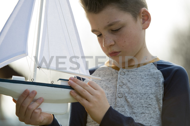 Boy with toy boat - ZOCF00207