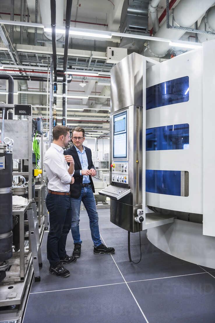 Two men talking in factory shop - DIGF02178 - Daniel Ingold/Westend61