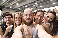 Young athletes having fun in the gym, taking selfies - HAPF01600
