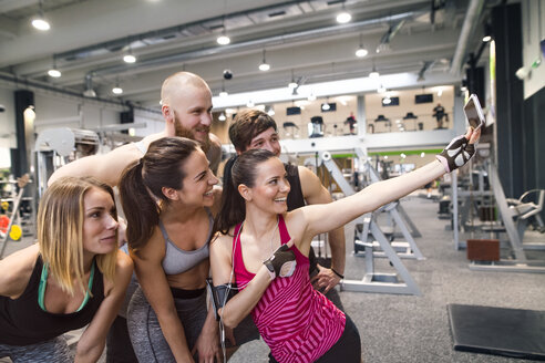Young athletes having fun in the gym, taking selfies - HAPF01603