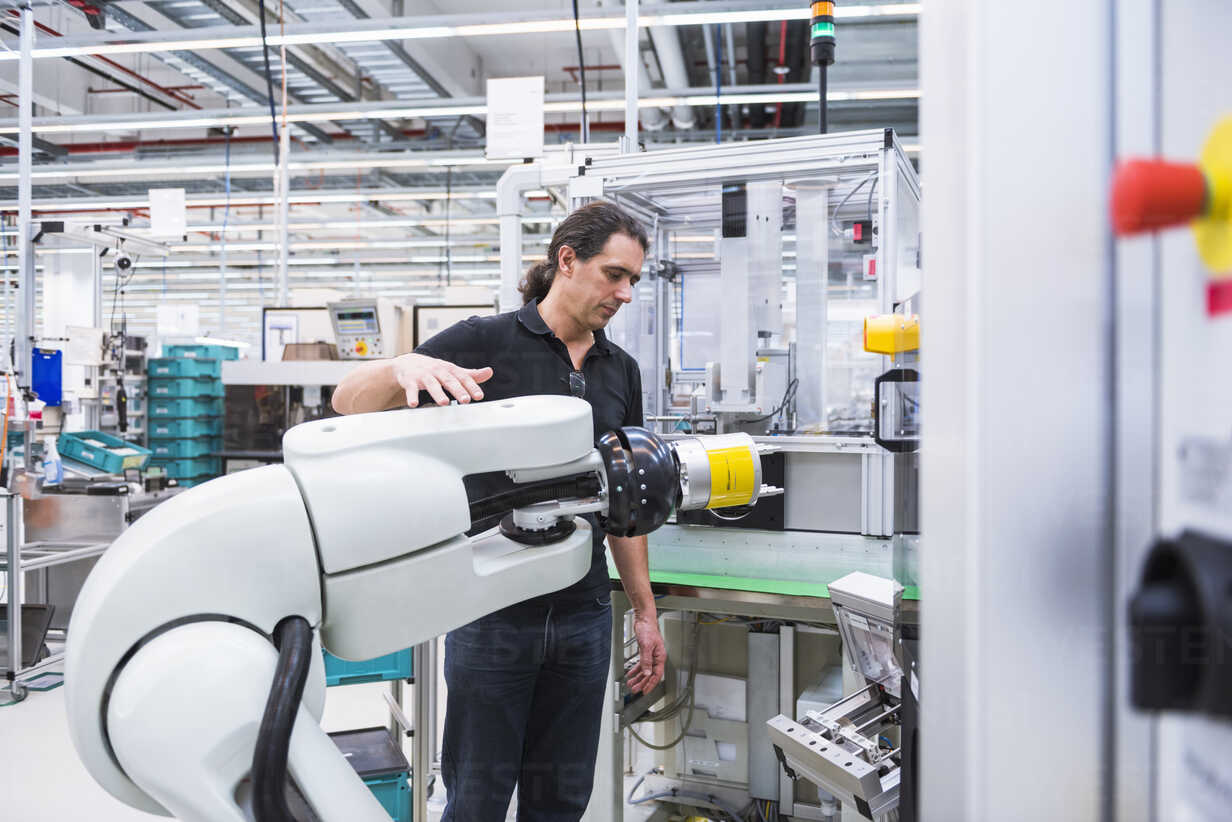 Man with assembly robot in factory - DIGF02228 - Daniel Ingold/Westend61