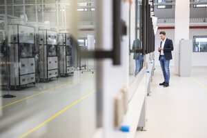 Man standing in factory shop floor - DIGF02264