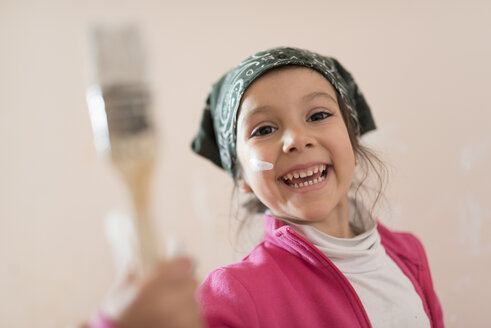 Portrait of happy little girl with paintbrush - JASF01769