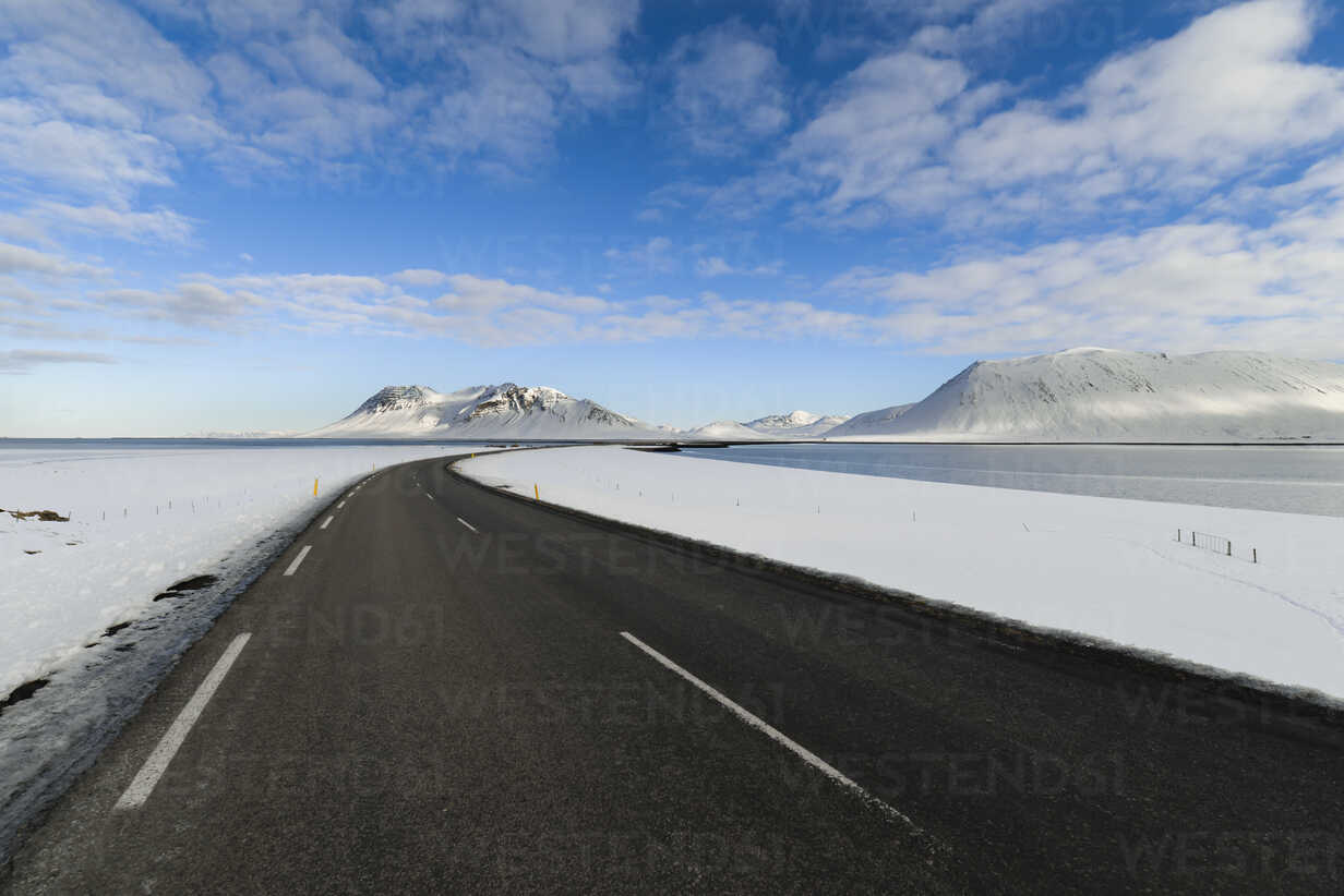 Empty road through Iceland with mountains in background - RAEF01868 - Ramon Espelt/Westend61