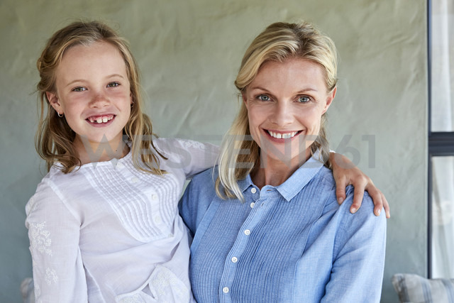 Portrait of smiling little girl with her mother - SRYF00326 - Martina Ferrari/Westend61