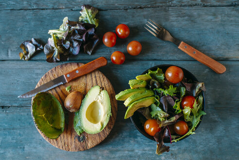 Bowl of avocado salad with batavia lettuce salad and tomatoes - KIJF01416