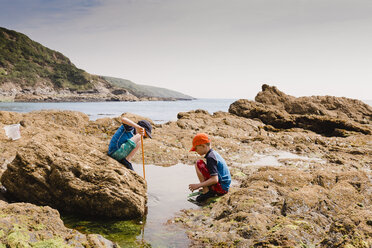 UK, England, Cornwall, Polkerris beach, two boys fishing at the coast - NMSF00072