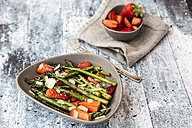 Salad of green asparagus, strawberries and parmesan - SARF03322