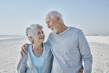 Smiling senior couple on the beach - RORF00775