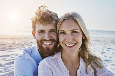 Portrait of happy couple on the beach - RORF00802
