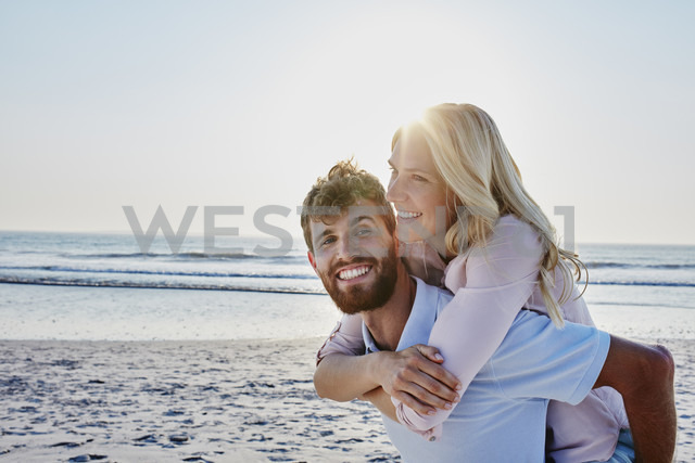Portrait of happy couple on the beach - RORF00808