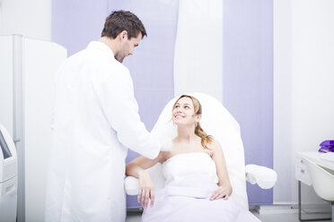 Aesthetic surgery, doctor talking to woman - WESTF22968