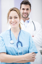 Portrait of two smiling doctors - WESTF22986