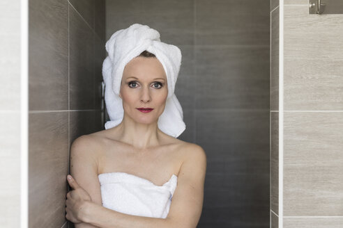 Portrait of smiling woman wearing towels in the bathroom - CHPF00396