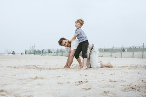 Father and little son playing together on the beach - MVCF00153