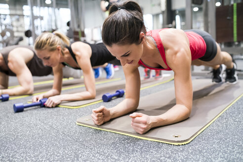 Group of athletes exercising in gym - HAPF01624