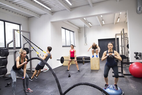 Group of athletes exercising in gym - HAPF01633