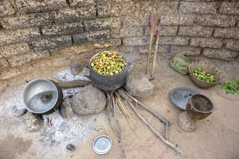 Burkina Faso, village Toeghin, cooking of the fruits of the shea tree - FLKF00802