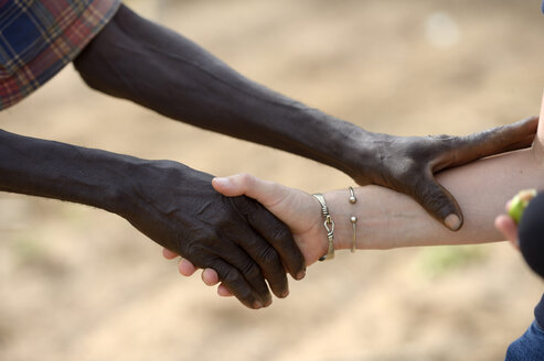 Burkina Faso, old African man shaking hands with white woman - FLKF00809