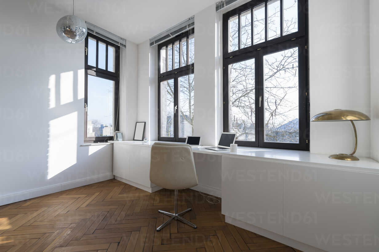 Empty room with chair and large panorama window - SBOF00427 - Steve Brookland/Westend61