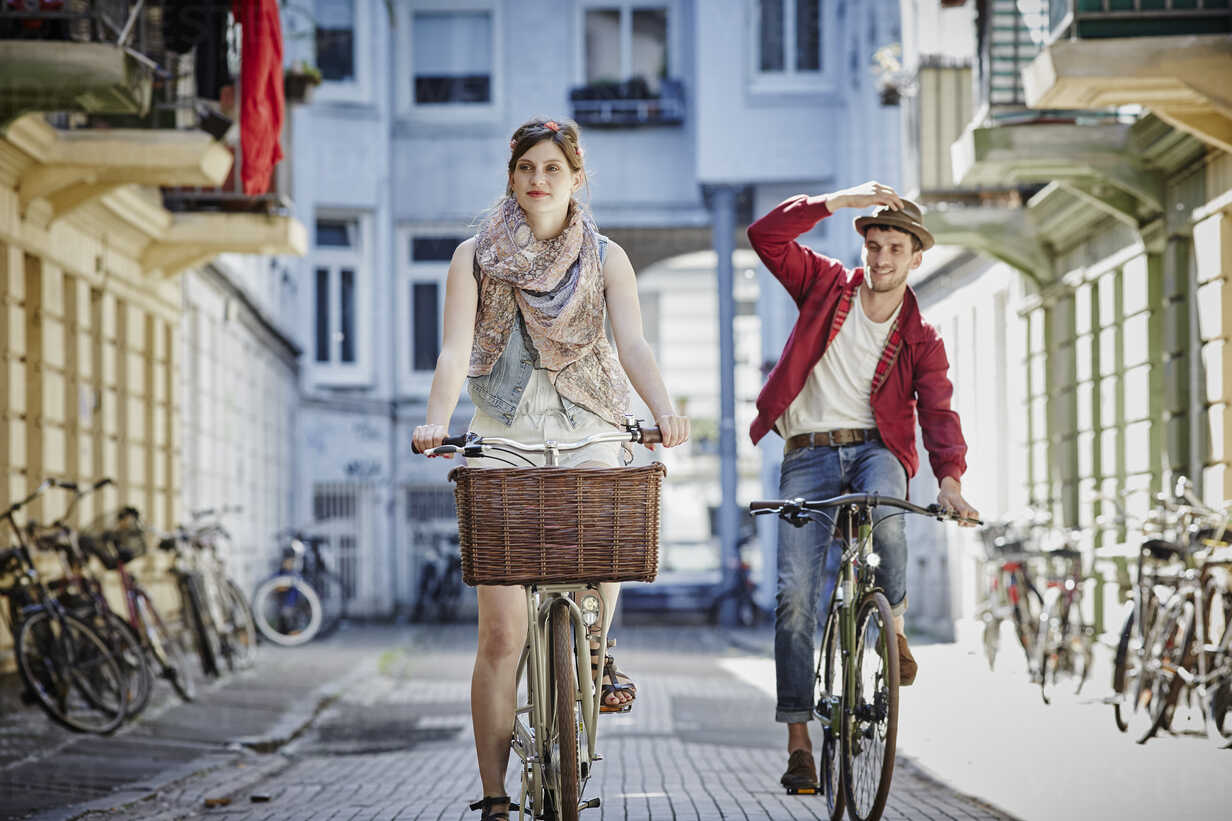 Germany, Hamburg, St. Pauli, Couple exploring the city on their bicycles - RORF00828 - Roger Richter/Westend61