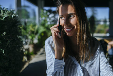 Smiling woman on the phone - KIJF01449