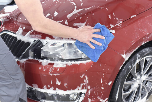 Man cleaning car at car wash - LYF00730