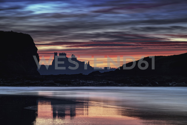 UK, Scotland, East Lothian, Tantallon Castle at sunset from Seacliff beach - SMAF00743