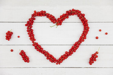 Heart shaped of red currants on white wood - GWF05188