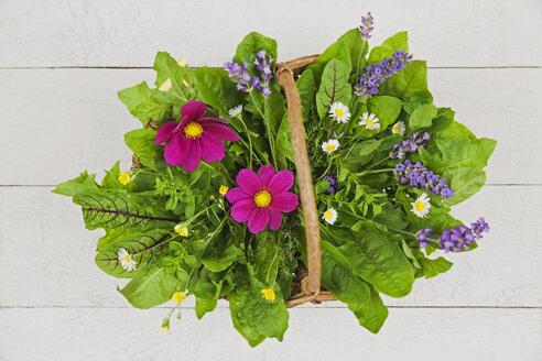 Edible flowers, leaves and herbs in wickerbasket - GWF05191
