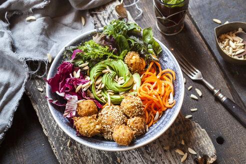 Rainbow salad bowl with carrots, lettuce, avocado, millet falafel and Moroccan mint tea - SBDF03198