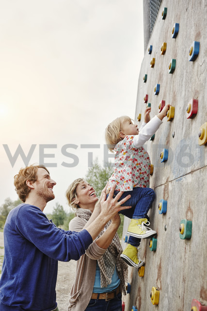 Girl climbing on a wall supported by parents - RORF00856 - Roger Richter/Westend61