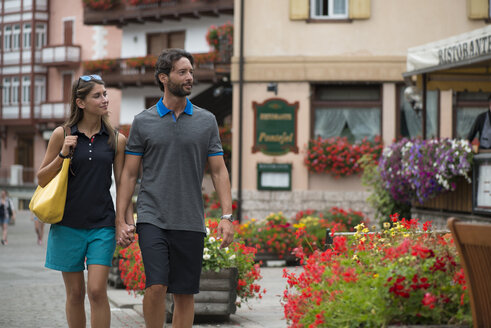 Smiling couple strolling in a town - ZOCF00289