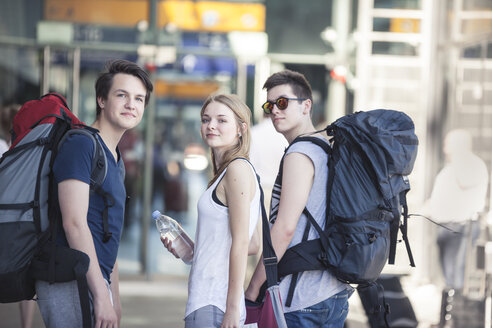 Young people traveling with backpacks, exploring Berlin - MVCF00166