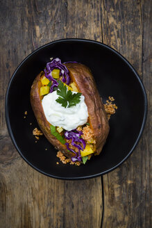 Sweet potato Kumpir withbell pepper, red cabbage, couscous, yoghurt sauce and parsley - LVF06076