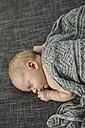 Newborn baby boy sleeping on couch - OJF00191