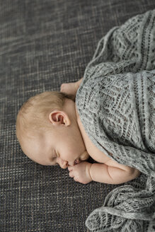 Newborn baby boy sleeping on couch - OJF00191