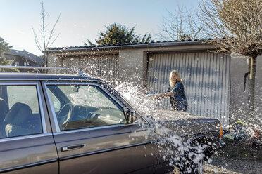 Woman washing her car - JOSF00804