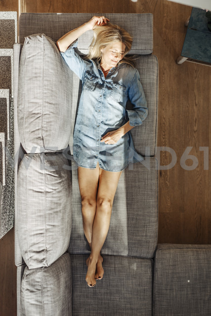 Woman at home lying on couch - JOSF00924 - Joseffson/Westend61