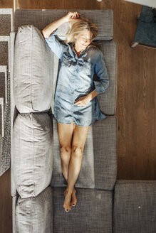 Woman at home lying on couch - JOSF00924