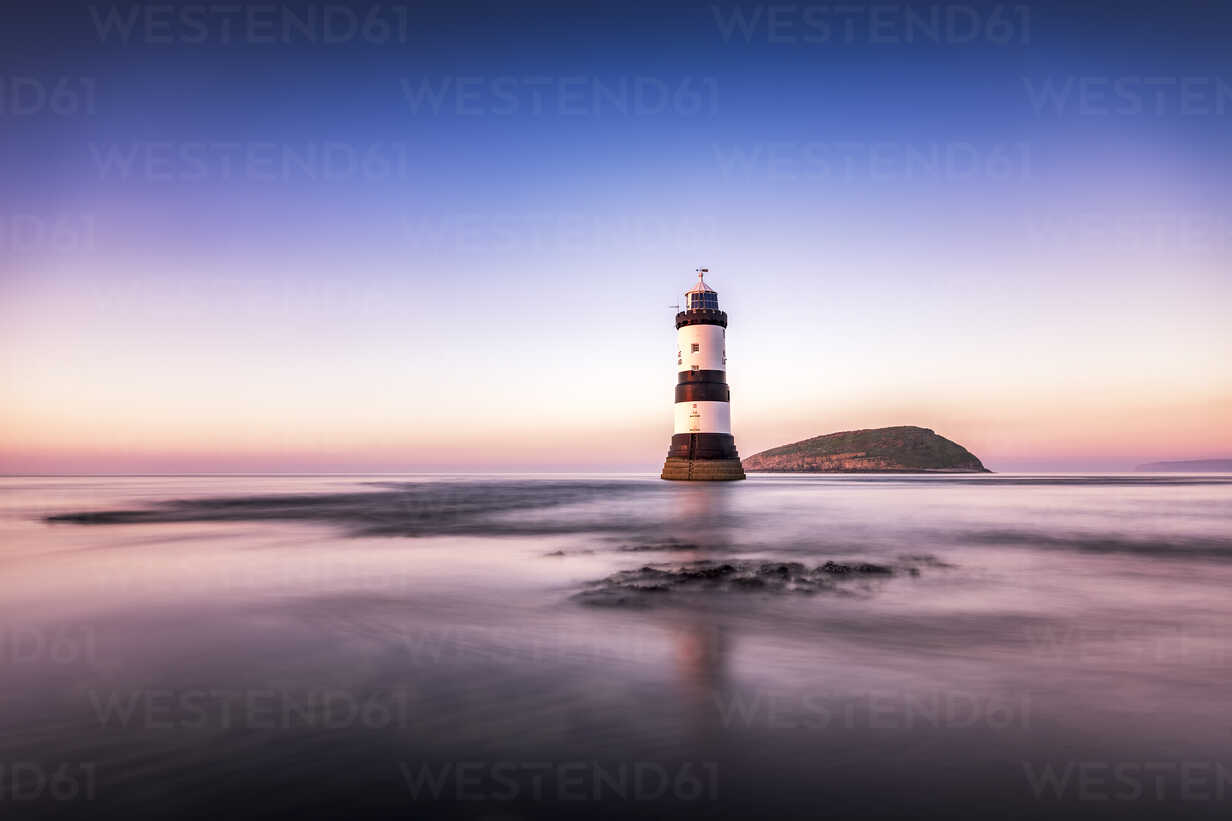 UK, Wales, Anglesey, Penmon, Dinmor Point, Trywn Du Lighthouse with Puffin Island in the background - SMAF00748 - Scott Masterton/Westend61