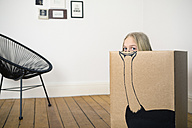 Girl inside a cardboard box painted with an ostrich - PSTF00011