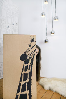 Girl inside a cardboard box painted with a giraffe - PSTF00014