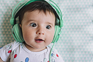 Portrait of amazed baby girl with headphones - GEMF01608