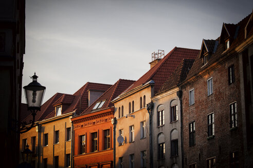 Poland, Torun, row of houses at the old town at sunset - ABOF00192