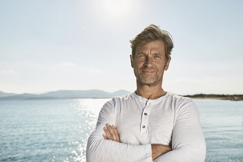Portrait of smiling mature man in front of the sea - PDF01236