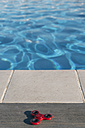 Fidget spinner lying at the edge of a swimming pool - SKCF00297