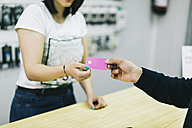 Customer paying with credit card - JPF00197