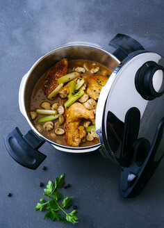 Steamer of prepared chicken in mushroom sauce - PPXF00041