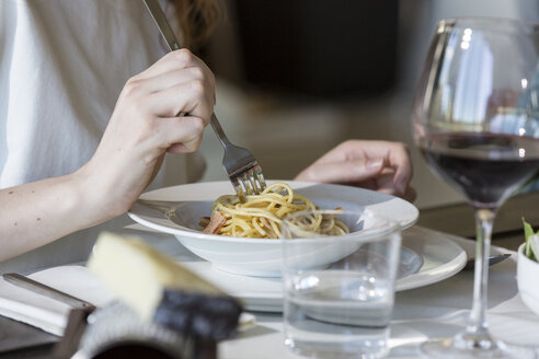 Woman eating spaghetti carbonara - ZOCF00367